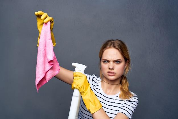 Donna delle pulizie con straccio rosa in mano servizio di assistenza domiciliare