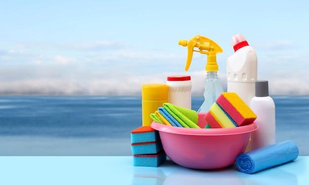 Prodotti per la pulizia su una fresca parete blu del mare.