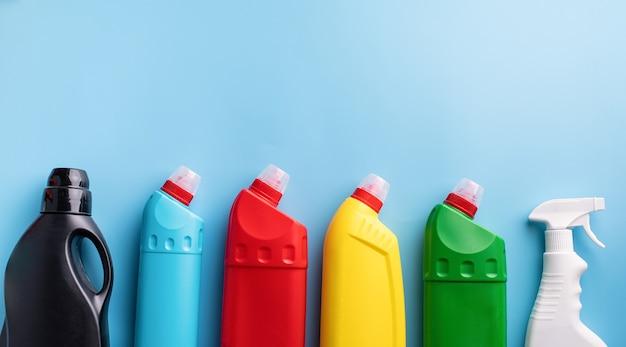 Prodotti per la pulizia e bottiglie per la pulizia