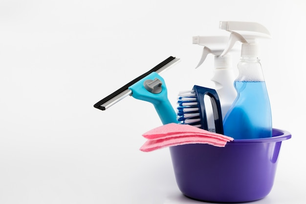 Prodotti per la pulizia nella disposizione del bacino viola Foto Premium