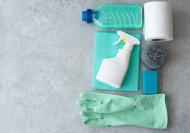 Prodotti per la pulizia, spugne e guanti di gomma