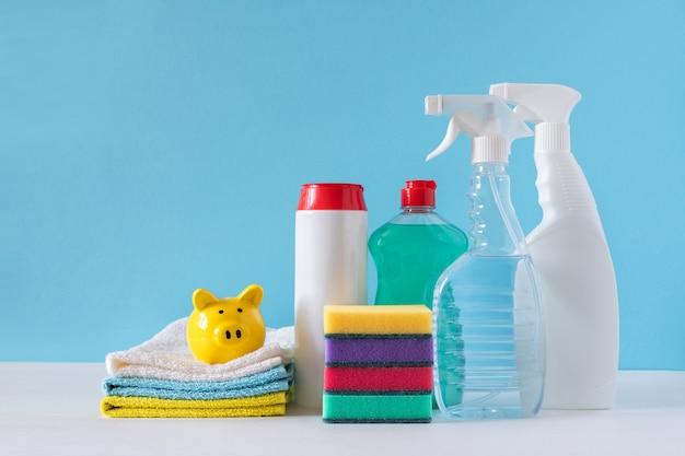 Prodotti per la pulizia di varie superfici in cucina, bagno e altre aree. concetto di servizi di pulizia. copia spazio. coronavirus.