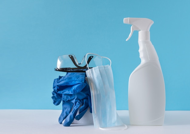 Prodotti per la pulizia di varie superfici in cucina, bagno e altre aree. concetto di servizi di pulizia. copia spazio