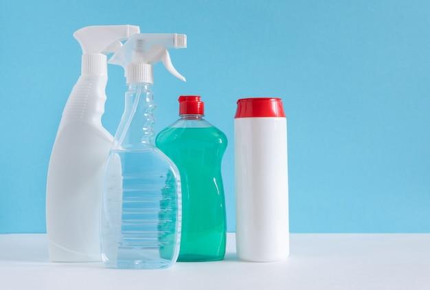 Prodotti per la pulizia di varie superfici in cucina, bagno e altre aree