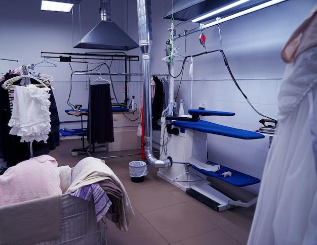 Concetto di servizio di pulizia. laboratorio di tintoria