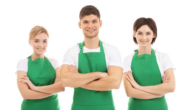Personale addetto alle pulizie in grembiuli verdi su sfondo bianco