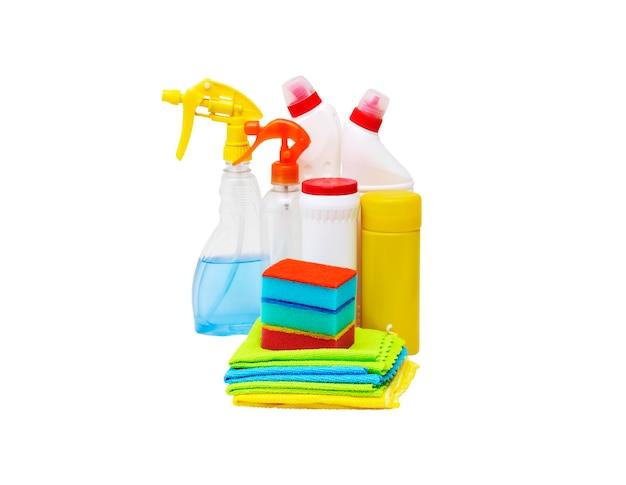 Prodotti per la pulizia e oggetti su un muro bianco.