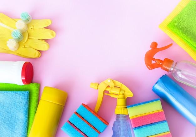 Prodotti per la pulizia su uno sfondo rosa