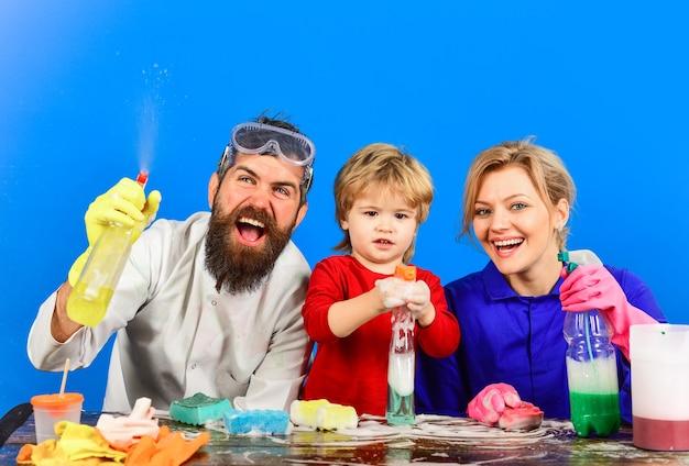 Tempo di pulizia spray per la pulizia disinfezione sapone per la pulizia della casa famiglia pulita insieme giocando con