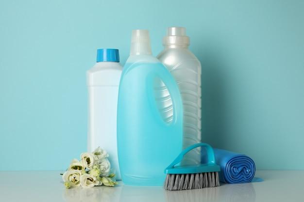 Strumenti di pulizia sul blu, spazio per il testo