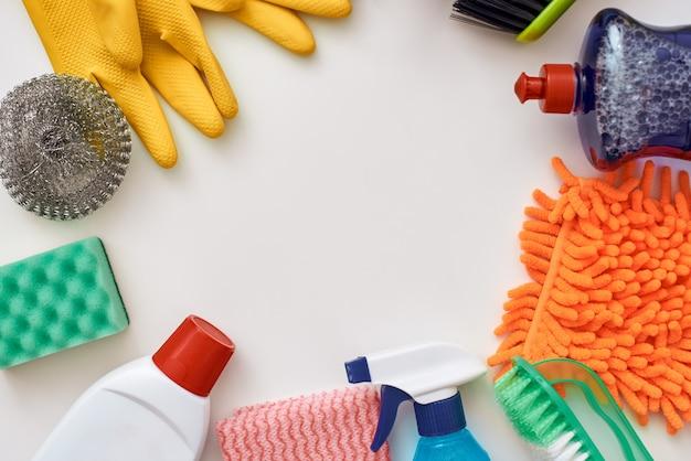 Strumenti per la pulizia. cerchio dal flacone spray e altri oggetti isolati nella parte inferiore dell'immagine