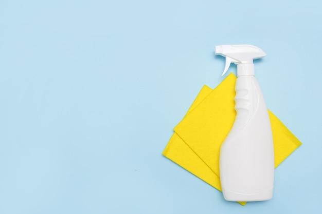 Strumenti per la pulizia. luogo vuoto per testo o logo su sfondo blu