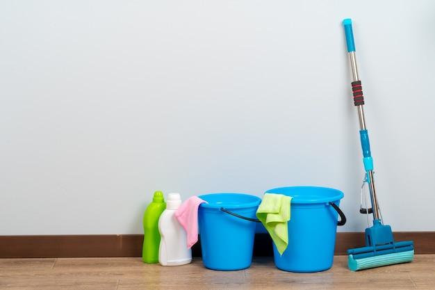 Strumenti di pulizia per la pulizia della casa sul pavimento di legno