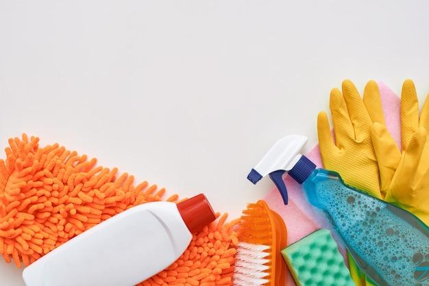 Strumenti per la pulizia. flacone spray e altri oggetti isolati nella parte inferiore dell'immagine