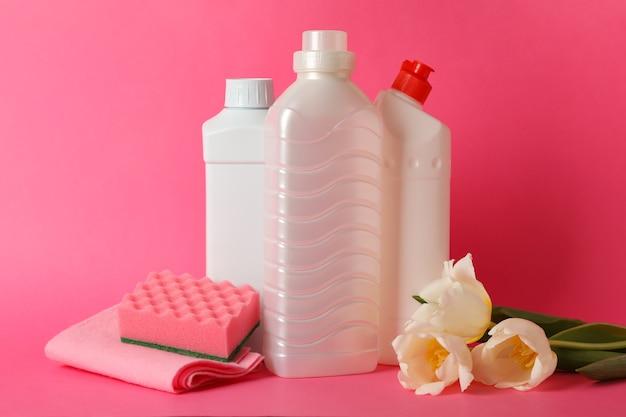 Strumenti di pulizia e tulipani su sfondo rosa