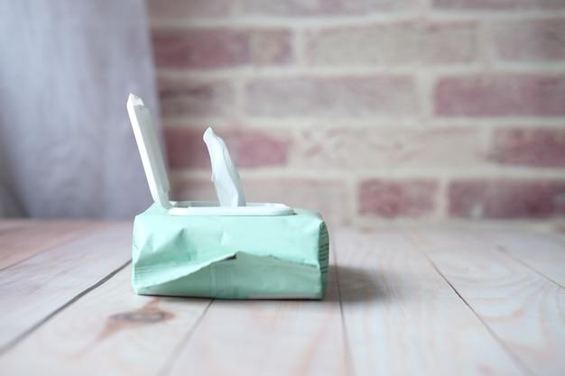 Salviette umidificate detergenti sul tavolo con copia spazio