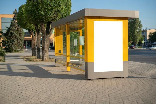Il manifesto pubblicitario della città pubblica dello spazio della copia chiara del mockup all'aperto in strada