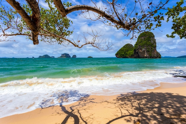 Acqua limpida e cielo blu a railay beach