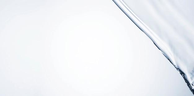 Primo piano chiaro di movimento dell'acqua con lo spazio della copia