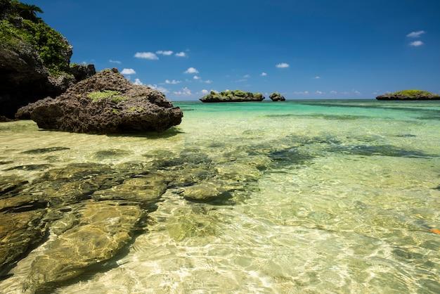 Mare di acqua limpida con una rinfrescante piscina naturale sulla spiaggia di hoshizuna, isola di iriomote, yaeyama, okinawa, in giappone.