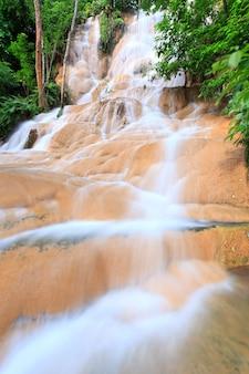 Acqua limpida della cascata nell'ovest della thailandia