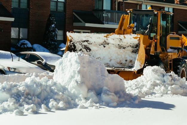 Pulire la strada dalla neve