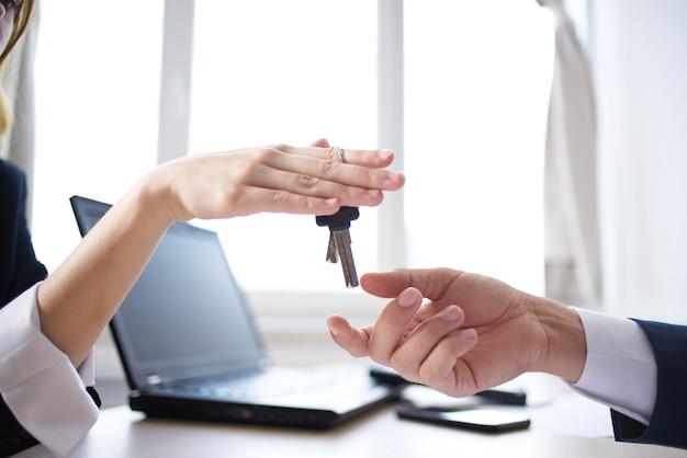 Cliente e manager conclusione di un contratto per una transazione di successo