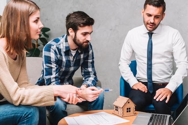 Clienti in ufficio agente immobiliare