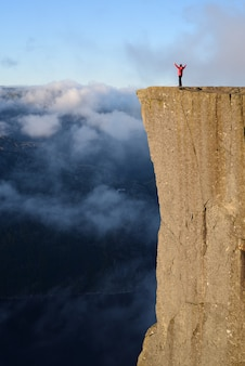 Cliff preikestolen al fiordo lysefjord, norvegia