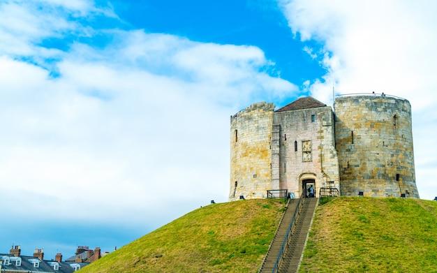 Clifford's tower, un castello storico a york, inghilterra, regno unito