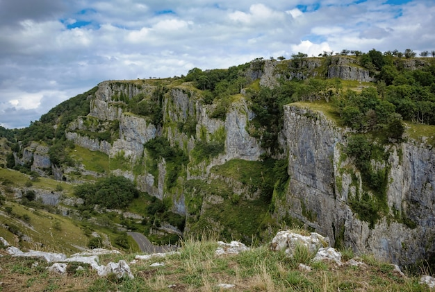 Cliffs of cheddar gorge dal punto di vista elevato.