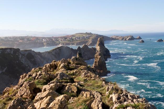 Scogliere sulla costa nord della cantabria della spagna