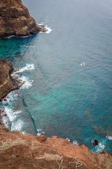 Vista aerea dell'oceano e delle scogliere dal percorso costiero nell'isola di santo antao, capo verde, africa