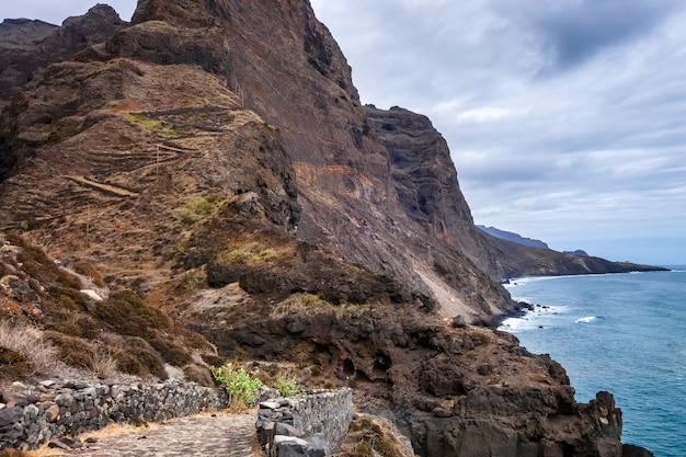 Scogliere e vista sull'oceano dal percorso costiero nell'isola di santo antao, capo verde, africa