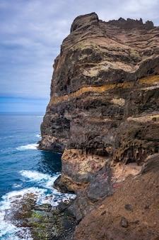 Scogliere e vista sull'oceano dal sentiero costiero nell'isola di santo antao, capo verde, africa