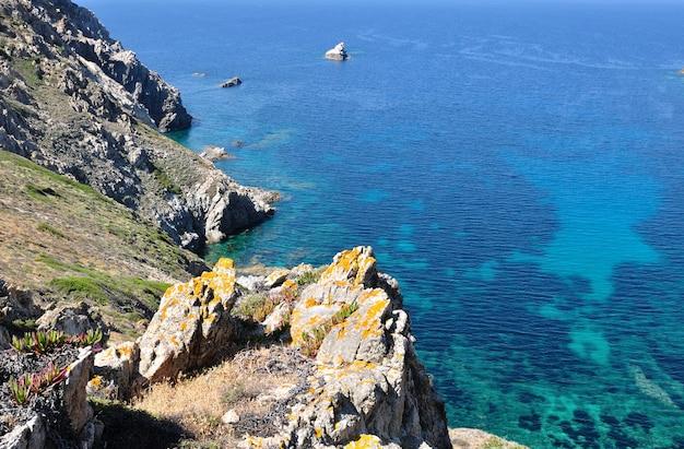 Scogliere a picco sul bellissimo mare - penisola revellata, corsica - francia