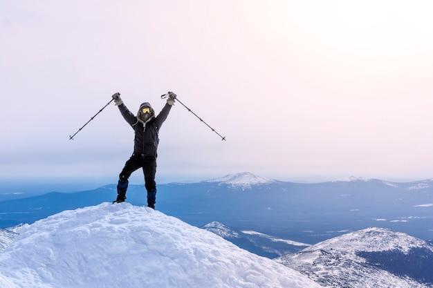 Lo scalatore esulta raggiungendo la vetta della montagna