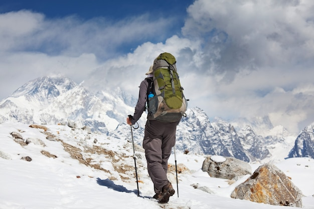 Scalatore nelle montagne himalayane sull'everest