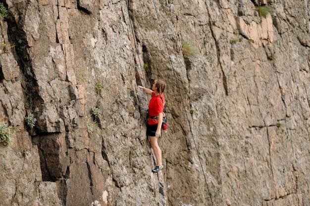 Lo scalatore supera l'impegnativa via di arrampicata