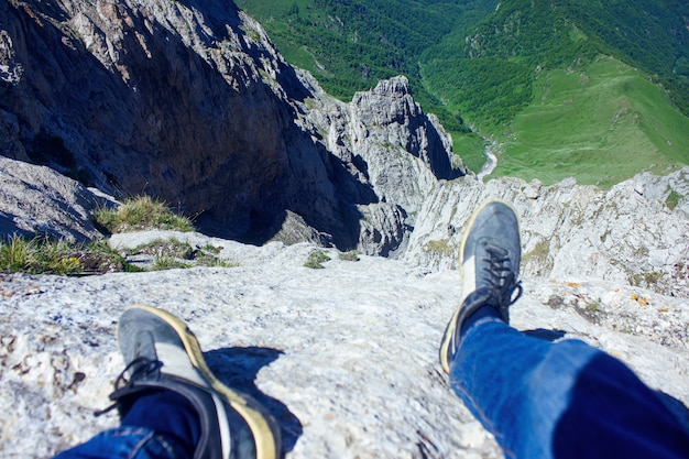 Scalatore acuto precipizio dalla montagna