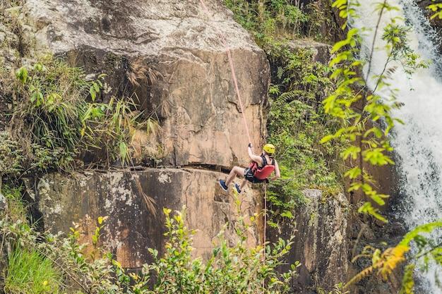 Scalatore sulla superficie della bellissima cascata datanla nella città di montagna dalat, vietnam