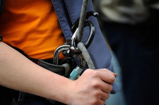 Climber con attrezzatura per l'arrampicata (moschettone e corda)