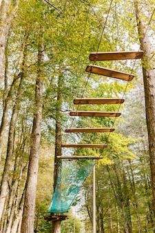 Parco di arrampicata in alto tra gli alberi