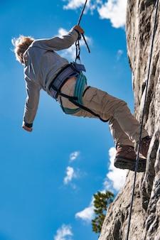 Scuola di arrampicata per bambini con doppia corda in discesa
