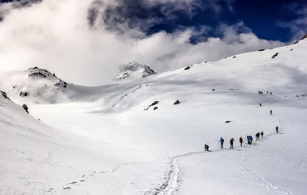 Salendo in cima alla montagna. himalaya. nepal