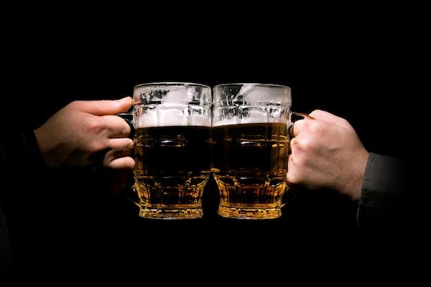Bicchieri di tintinnio con birra