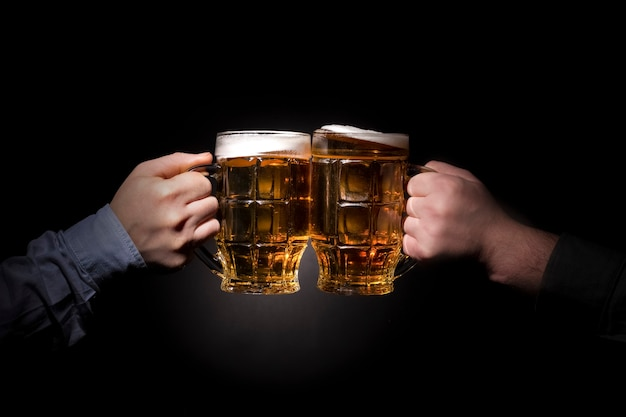 Bicchieri di tintinnio con birra Foto Premium
