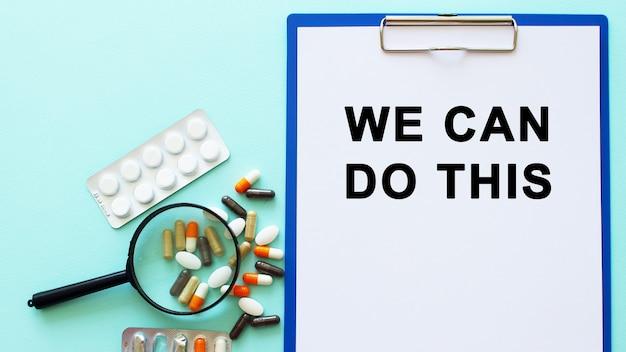 Una lavagna per appunti con carta giace su un tavolo vicino all'iscrizione di droghe possiamo fare questo