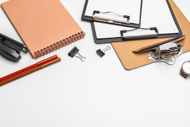 Appunti con foglio bianco e penna isolato su un bianco. vista dall'alto