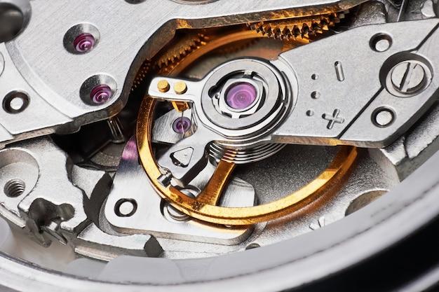 Meccanismo dell'orologio con ingranaggi